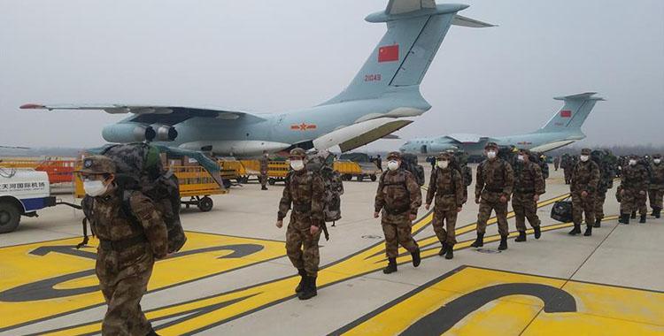 空軍8架飛機緊急空運軍隊支援湖北醫療隊抵達武漢